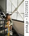 スケーターファッションの女性 35235952