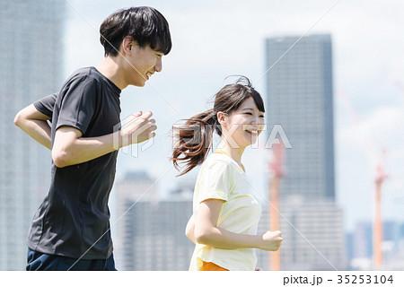 ジョギングする若い男女 屋外 35253104