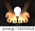 手のひらで輝く電球 ひらめきイメージ 35255018