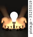 手のひらで輝く電球 ひらめきイメージ 35255019