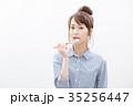 女性 歯磨き 人物の写真 35256447
