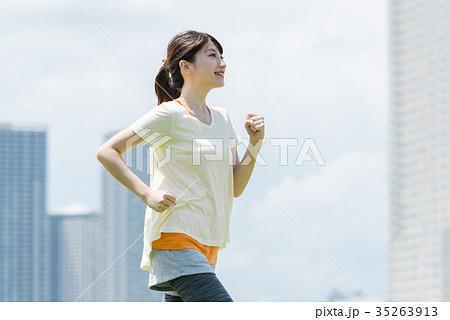 ジョギングする女性 35263913