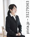 人物 女性 スーツの写真 35279363