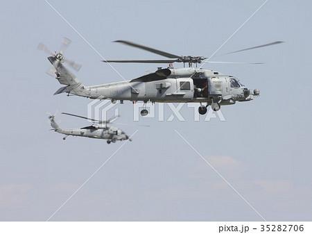 大空を編隊飛行する米海軍MH-60RシーホークとMH-60Sナイトホーク艦載ヘリコプター 35282706