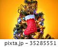メリークリスマス、クリスマスツリーとプレゼント靴下とオーナメント。 35285551