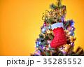 メリークリスマス、クリスマスツリーとプレゼント靴下とオーナメント。 35285552