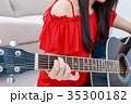 ギターを弾く若い女性 顔なし 35300182