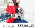 ギターを弾く若い女性 顔なし 35300183