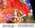 メリークリスマス、クリスマスツリーとオーナメント(金色のベルとリボン)。 35306495