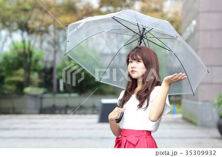 傘をさす女性 35309932