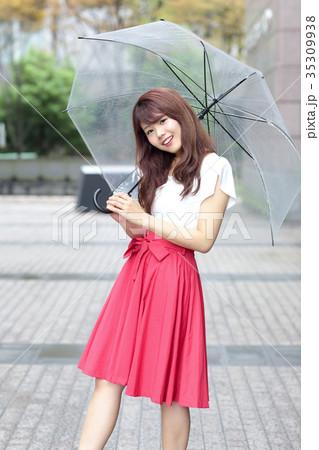 傘をさす女性 35309938