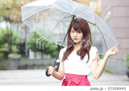 傘をさす女性 35309940