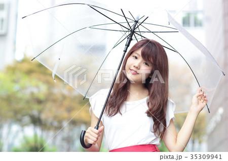 傘をさす女性 35309941