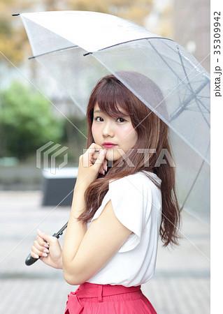 傘をさす女性 35309942