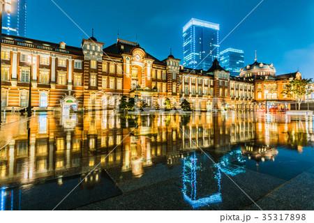 雨の東京駅 35317898
