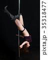 黒バックで激しくポールダンスで逆立ちするアジア人の女性 35318477