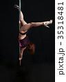 黒バックで激しくポールダンスで開脚日本人の女性 35318481