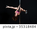 黒バックで激しくポールダンスで逆立ち開脚して踊る日本人の女性 35318484