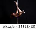 黒バックで激しくポールダンスで踊る日本人の女性 35318485