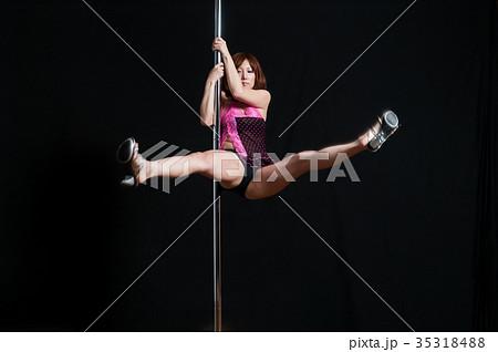 ポールダンスで開脚して踊る日本人の女性 35318488