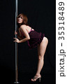 黒バックで激しくポールダンスでポージングするアジア人の女性 35318489