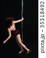 黒バックで激しくポールダンスで踊る日本人の女性 35318492