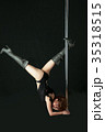 黒バックで激しくポールダンスでポージングする日本人の女性 35318515