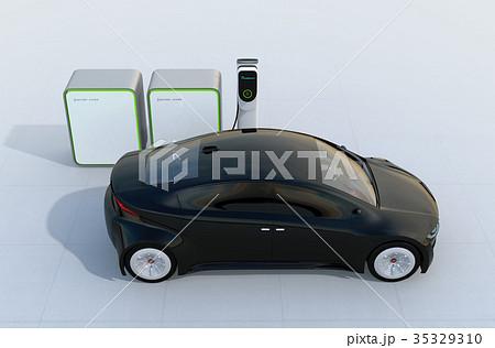 充電中の電気自動車。充電スタンドにバッテリー組が装備されている。 35329310
