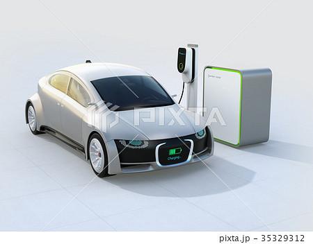 充電中の電気自動車のフロント部に充電状態が表示されている。車と人のコミュニケーションのコンセプト 35329312