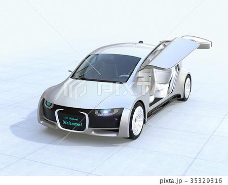 自動運転車のドアが開き、フロント部に運転手の名前が表示されている。カーシェアリングコンセプト 35329316