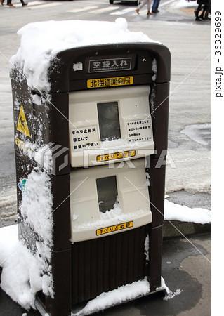 冬季北海道札幌市の道路に設置された砂箱(滑り止め用の砂が入っている) 35329699