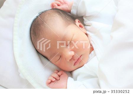 8c4a5a0e08209 新生児* 生後4日目の写真素材  35330252  - PIXTA