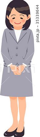 グレーのスーツを着てお辞儀する女性 35339644