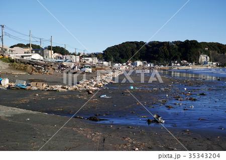 台風21号の高潮で壊された漁師小屋のある材木座海岸 35343204