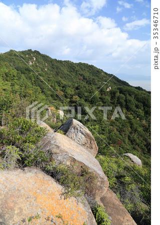 児島半島の八丈岩山登山道脇から八丈岩山と瀬戸内海を見る 35346710
