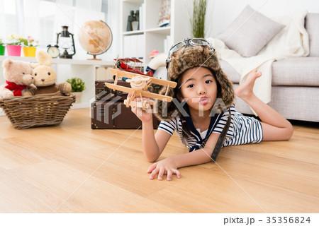 girl dress up as aviator lying down on floorの写真素材 35356824