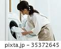 洗濯 主婦 洗濯機の写真 35372645