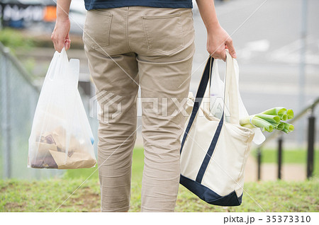 買い物袋を持つ若い主婦 後ろ姿の女性 35373310