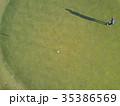 ゴルフをする女性 35386569