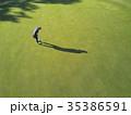 ゴルフをする女性 35386591