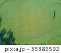 ゴルフをする女性 35386592