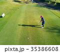 ゴルフをする女性 35386608