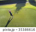 ゴルフをする女性 35386616
