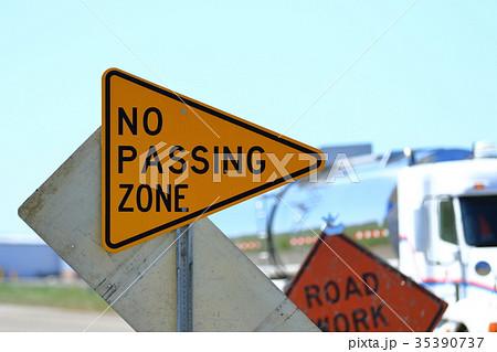 アメリカの道路標識 追い越し禁止 35390737
