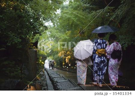 雨の京都、石階段で傘さす浴衣女性 35401334