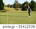 ゴルフをする女性 35412536