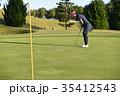 ゴルフをする女性 35412543
