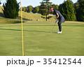 ゴルフをする女性 35412544