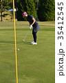 ゴルフをする女性 35412545