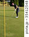 ゴルフをする女性 35412548